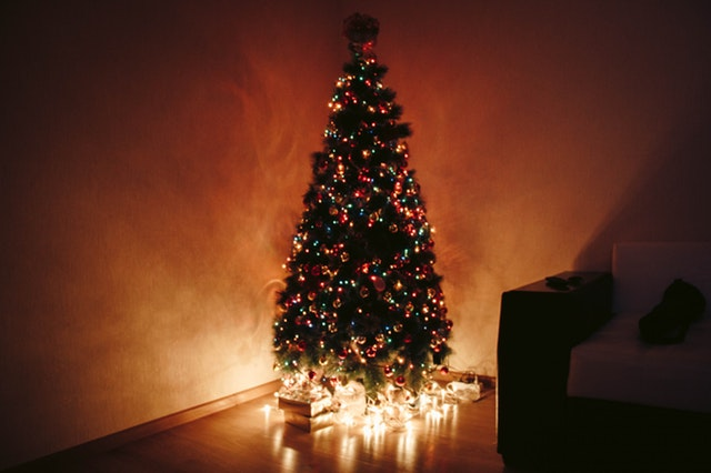 Can Christmas tree lights be left on all night?